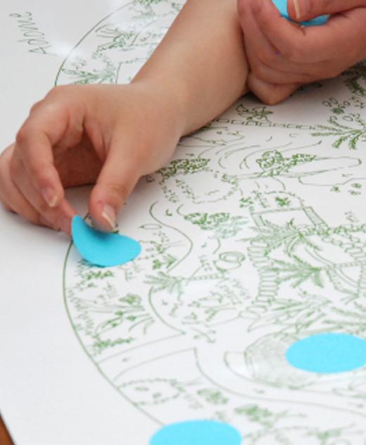 植物館の地図にシールを貼る手の写真