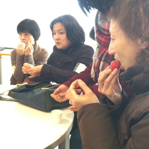 いちごの形や香り、味の違いを比べている写真